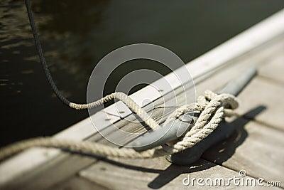 Kabel die aan cleat op dok wordt gebonden