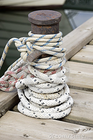 Kabel rond een schipmeerpaal die wordt geknoopt