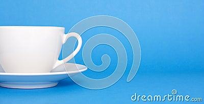 Kaffee auf blauem Hintergrund