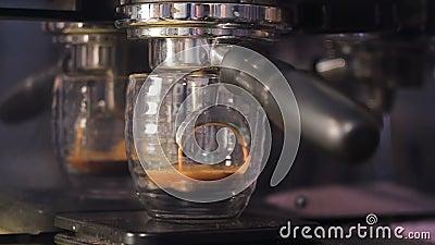 Kaffeemaschine, die eine Schale mit heißem frischem Kaffee füllt Vorbereitung des Kaffees, Abschluss oben stock video