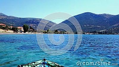 Kajak die in Kalme Golf van Corinth-Baai, Griekenland drijven stock video