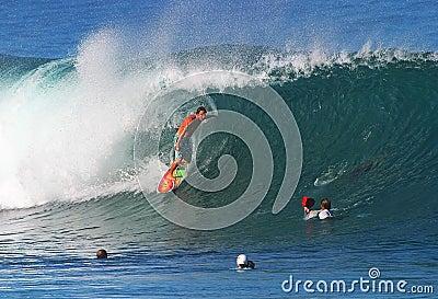 серфер трубопровода kalani Чэпмена профессиональный занимаясь серфингом Редакционное Стоковое Изображение