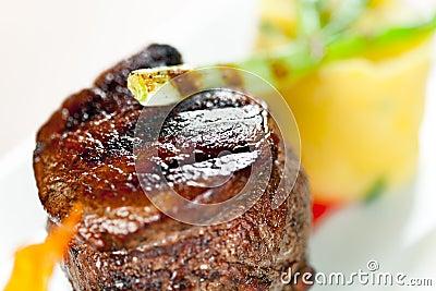Kalbfleisch mit gestampfter grüner Zwiebel der Kartoffeln