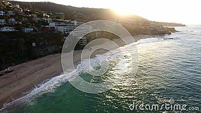 Kalifornia, Stany Zjednoczone, widok z lotu ptaka plażowi domy wzdłuż wybrzeże pacyfiku w Kalifornia Nieruchomość podczas zmierzc zbiory wideo