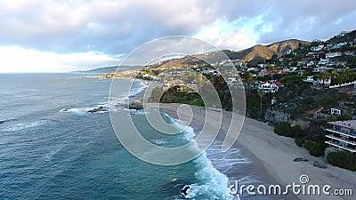 Kalifornia, Stany Zjednoczone, widok z lotu ptaka plażowi domy wzdłuż wybrzeże pacyfiku w Kalifornia Nieruchomość podczas zmierzc zbiory