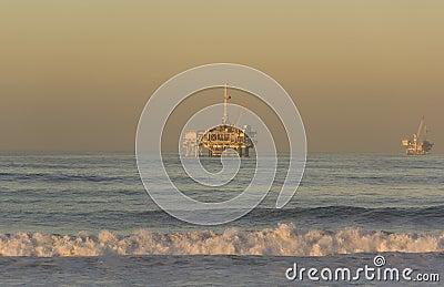 Kalifornii plażowe Huntington na morzu wieże wiertnicze