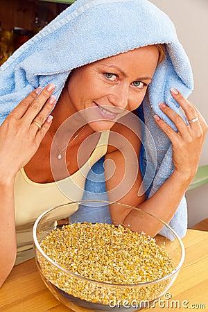Kall inhalerad kvinna för chamomile
