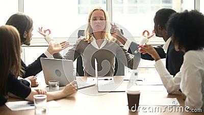Kalme onderneemster die op vergadering met multiraciale collega's mediteren, geen spanning stock videobeelden