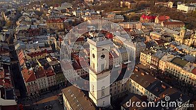 Kamera lotnicza nad ratuszem miasta i w pobliżu miasta zbiory