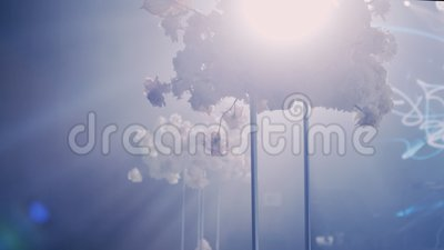 Kameran roterar från vänster till höger runt om en gifta sig dekorerad tabell med en bukett