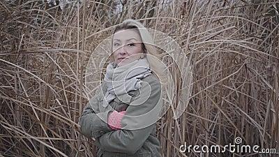 Kameras nähern sich jungen verärgerten kaukasischen Frau durch Herbstbüsche Schönes blond-braunes Mädchen mit Blick auf die Kamer stock footage