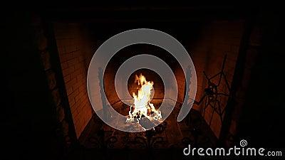 Kamin gemacht vom Ziegelstein mit brennendem Brennholz und orange Flamme im Haus stock video footage