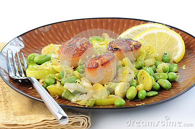 Kamm-Muscheln mit Porree und edamame