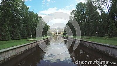 Kanal med springbrunnen i Peterhof arkivfilmer