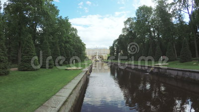 Kanal mit Brunnen in Peterhof stock video
