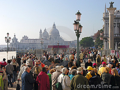 Kanałowi tłumu lampposts filary kwadratowy Venice Zdjęcie Stock Editorial