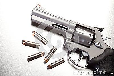 Kanon met kogels op staal