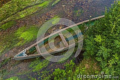 Kanot i den grunda floden