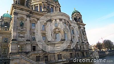 Kantelen tot de Berlijnse kathedraal vanaf de Spree, Berlijn, Duitsland stock footage