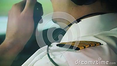 Kapiteins welkom hetende passagiers bij mooi lijnvliegtuig, beroep, verantwoordelijke baan stock videobeelden