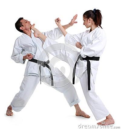 Karate. Chica joven y hombres en un kimono.