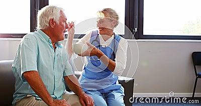 Karmiący żywieniowy starszy mężczyzna zdjęcie wideo