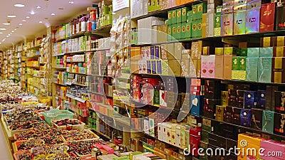 Karosserie und Parfümprodukte im Laden Beads und Pflegeprodukte in den Regalen stock footage