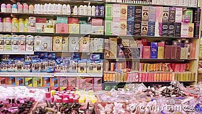 Karosserie und Parfümprodukte im Laden Beads und Pflegeprodukte in den Regalen stock video