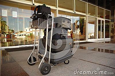Karretje met koffers bij hotel