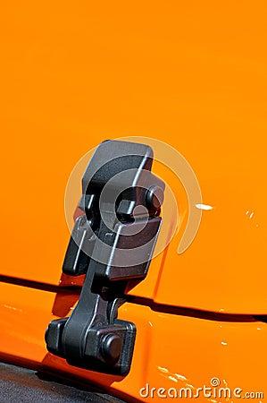 Kast van motorkap van kruis en sportwagen