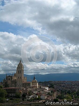 Kasteel op heuveltop en stad tegen bewolkte hemel
