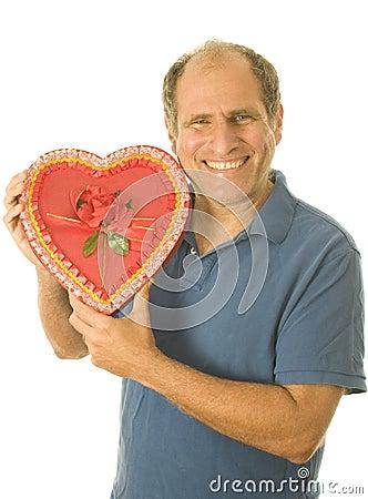 Kasten des älteren Mannes der Valentinsgrußtagesschokoladensüßigkeit