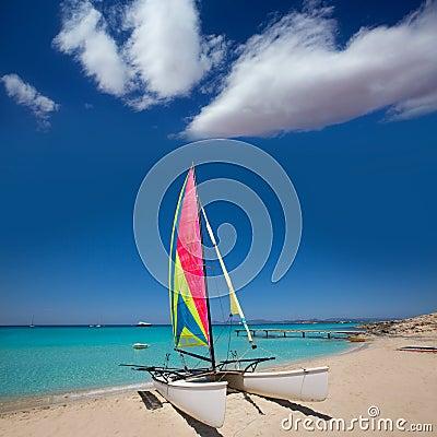 Katamaransegelbåt i den Illetes stranden av Formentera