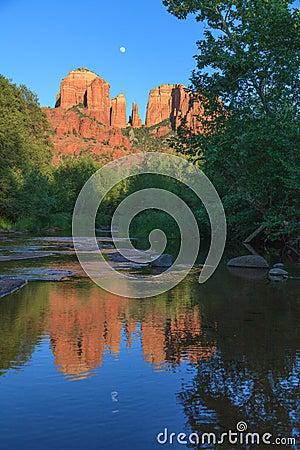 Kathedralen-Felsen Moonrise-Reflexion