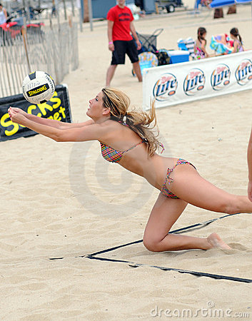 Katie Seamon - Beach Volleyball dig Editorial Stock Image