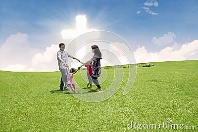 Katolicka rodzina świętuje wielkanoc