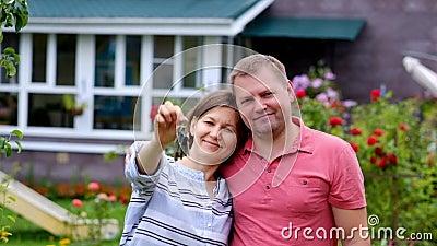 Kaufendes Hauskonzept Frau mit ihrem Ehemann, der Schlüssel vom neuen Haus hält stock video footage