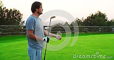 Kaukaski golfista trzymający klub i rzuca piłką golfową zbiory wideo