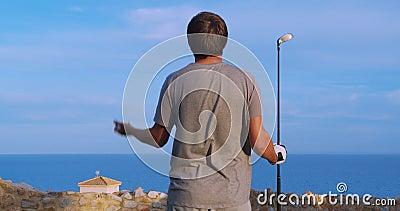 Kaukaski golfista trzymający klub patrzący w dal za latającą piłką Pole golfowe zbiory