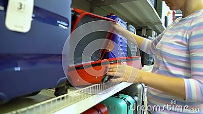 Kaukaski kobiety blisko sklep odkłada wybierać walizkę w pasamonictwo rynku zbiory