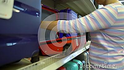 Kaukaski kobiety blisko sklep odkłada wybierać walizkę w pasamonictwo rynku zdjęcie wideo