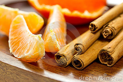 Kawałków kije cynamonowi pomarańczowi