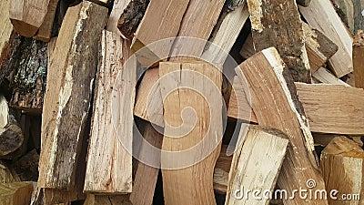 Kawałki drewna drewno wypiętrzają w jardzie zbiory