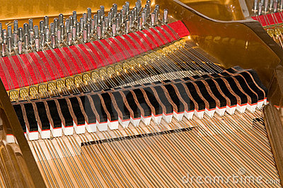 Kawałków dziecka wewnątrz pianino