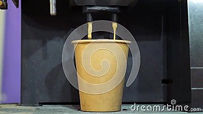 Kawiarnia wsypuje kawę do kartonowego kubka zbiory