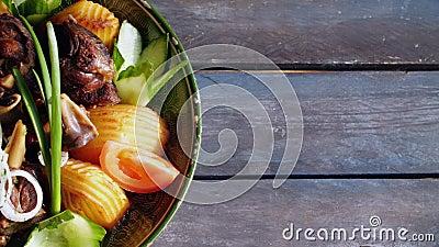 Kazan-kebab - gebraden vlees en aardappels Centrale Aziatische keuken Roteert op een houten achtergrond Hoogste mening met het ex stock videobeelden