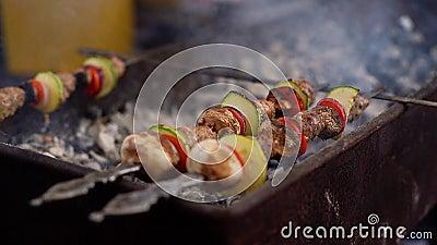 Kebab su skewers cucinato sul primo piano del grill stock footage
