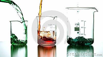 Kemiska flytande som häller in i dryckeskärlen lager videofilmer