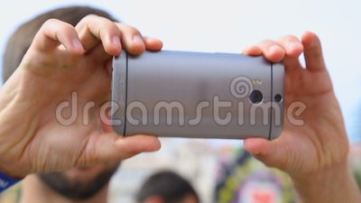 Kerel die mobiele telefoon houden en verschillende beelden van omgeving, gadgets nemen stock video
