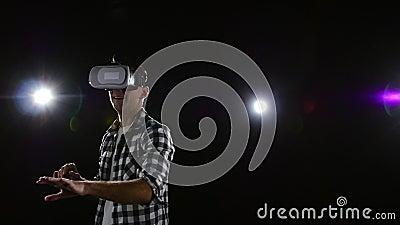 Kerel met verrukking het letten op in virtuele werkelijkheidsglazen Langzame Motie stock footage